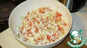 Смешиваем основные ингредиенты.   Пекинку, помидоры и грудки.    У нас получилась основа салата, которую спокойно можно хранить в холодильнике 1-2 дня,