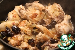 When chicken is browned, add to pan with prunes along with the water in which he softened. Season with salt and pepper to taste, cover and simmer over medium heat for 20 minutes. If you use chicken or regular chicken, increase the extinguishing time to 30 minutes.