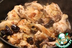 Когда цыпленок обжарится, добавить в сковороду чернослив вместе с водой, в которой он размягчался. Посолить, поперчить по вкусу, закрыть крышкой и тушить на среднем огне 20 минут. Если используете курицу либо обычного цыпленка, увеличить время тушения до 30 минут.