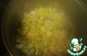 Onion cut into cubes and fry with chopped garlic on the next. the butter in a saucepan with a thick bottom or pan, I do both. Until soft.