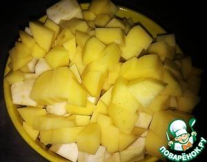 Корень сельдерея чистим, моем и режем кубиками 2*2 см, как и картофель.