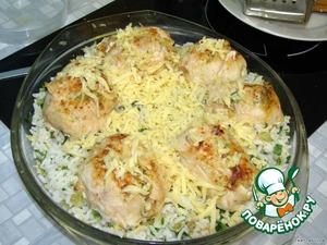 Лопаткой снять попьетты с блюда и переложить на тарелку. В блюдо, где готовились попьетты добавить рис, петрушку. Сверху выложить попьетты, посыпать оставшимся сыром.