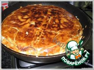 И слегка помогая, сдвигаем неподжаренной частью на сковороду и доводим пирог до готовности.