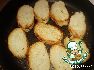 Багет (или батон, а также вкусно и с бородинским хлебушком) режем на ломтики и обжариваем на сковороде на медленном огне (чтоб слегка подсушился) до золотистого цвета с наименьшим количества масла растительного.