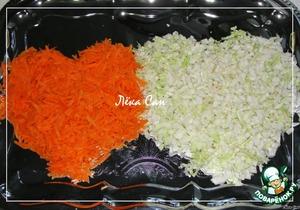 Салаты выкладываются слоями на плоском блюде или подносе. Сердца формируем с помощью ножа, слой за слоем подправляя их.      Для нижнего слоя натереть морковь на крупной терке, а пекинскую капусту мелко нарезать. Выложить в виде сердец.