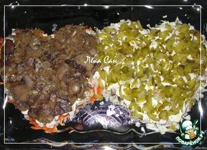 Грибы обжарить с луковицей, посолить, в конце обжаривания добавить измельченный чеснок, перемешать и снять с огня. Корнишоны нарезать мелко. Выложить все следующими слоями.