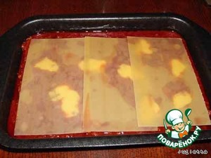 Выложить 3 пластины лазаньи, залить 1/4 соуса. Сверху полить 1,5 ст.л. сметаны или майонеза и т.д. Повторить 3 раза.