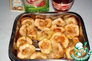 Яблоки помыть, разрезать пополам, удалить сердцевину и запечь до готовности в духовке, примерно 30-45 мин. Время зависит от особенностей духовки и от плотности яблок.   Тем временем замочить желатин в половине стакана воды.