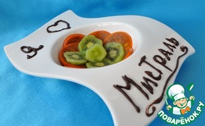 Cut persimmon and kiwi and put them on the bottom of the dish.