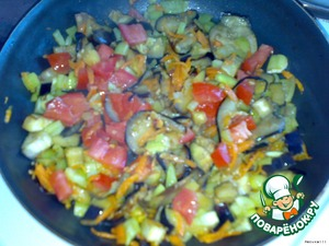 Eggplant cut into cubes, carrots grate on a grater, pepper cut into slices, tomatoes small slices. Put obzhivatjsya in vegetable oil until soft.