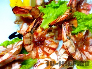 Served with lemons and young lettuce. This method cut shrimps is not difficult to clean them.