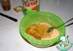 Набухший желатин распустить, добавить к яблочному пюре. Туда же добавить ванилин и белок от яйца. Перемешать.
