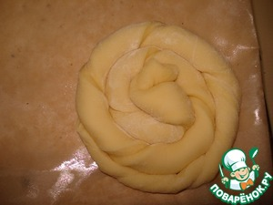 Pull the strips a length of 40-60 cm, twist into a spiral around its axis, then wrap in roll.