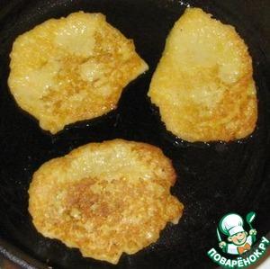 Жарить оладушки на разогретой сковороде на среднем огне.