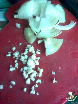 Вторую луковицу порезать четверть кольцами, чеснок порубить. Обжарить на растительном масле.