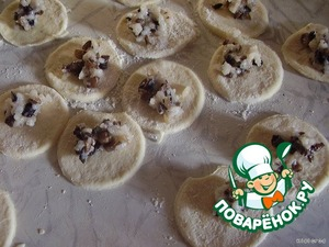 roll out the dough , cut glass slices and spread the filling