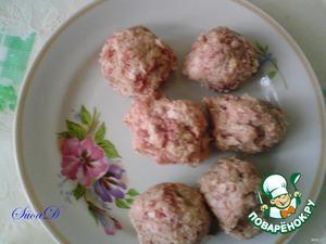 Фарш смешать с намоченным и отжатым хлебом, добавить желток, посолить, поперчить и сформировать тефтельки