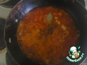 Отдельно делаем маринад.   Лук порезать кубиками, морковь кубиками, или крупной терке, соленый огурец мелкими кубиками, потушить овощи на сковороде, добавить томатную пасту, перемешать, добавить 2стакана кипяченой воды (чтобы маринад мог покрыть рыбу), сахар щепотку, соль чайную ложку, лавровый лист, перец горошком по вкусу.