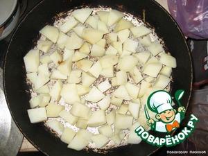 Сливаем воду и выкладываем картофель на сковороду (смазать растительным маслом). На него выкладываем мясо и томаты черри. Запекаем в духовке при 180 град. в течение 15 минут.