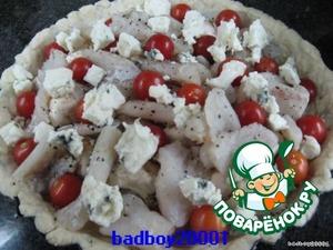 Грибы режем пополам, кладем на тесто, потом кусочки рыбы, помидоры, кусочки сыра