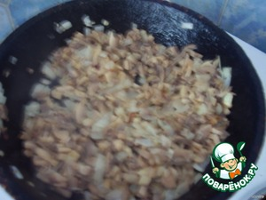 Обжарьте на растительном масле мелко нарезанный лук, добавьте готовые (соленые, маринованные или отварные) грибы (обычно я делаю с шампиньонами или опятами).