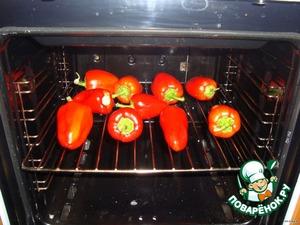 Перец испечь в духовке. С ещё горячего снять кожицу, удалить семена и сразу перекрутить на мясорубке.   С баклажанами поступить точно так же.