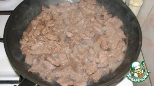 Fry the meat over high heat in a frying pan with a thick bottom without oil, until the disappearance of redness.