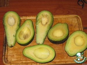 Avocado ojidaem from the skin and free from bones.