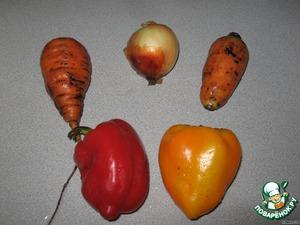 Подготовим продукты для дальнейшей обработки - луковицу, морковь и перец.