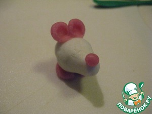 2 ball pink color will serve as ears for the mice. Make balls, make with sticks and a ball on the end of the recess.