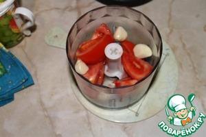 3а это время берем помидор, режем большими дольками и кидаем в блэндер, туда же 4 дольки чеснока.
