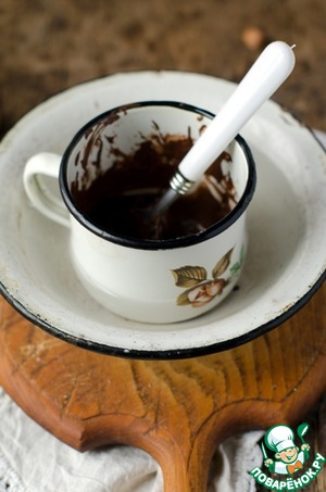 Now you need to melt chocolate, I do it like this:  break the chocolate in pieces, put it in a Cup, put it in a bowl with hot water and periodically stirred until it is completely melted.