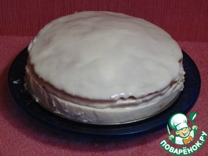 The top and sides of cake also coat the cream. The cakes, once baked, will become a bit smaller. So between the cake layer and the wall shape will be a gap of around 7 mm, and cream on the sides can easily be applied.  Put the cake for 1 hour in the refrigerator. After a time we get Thomas, we move the knife around the cake and remove razumnoe ring.