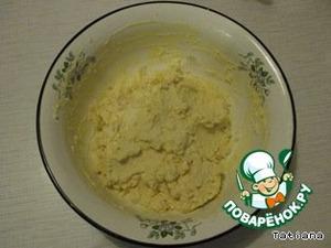 Размять руками сыр с маргарином в однородную массу.