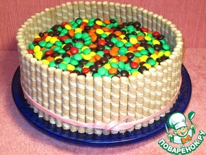 In this form you can put the cake overnight in the refrigerator, let the fence is locked into place to be glued.  Before the arrival of the guests put on top of colorful jelly beans, it will remind us of the approaching new year holiday.  And so we have created a holiday atmosphere.