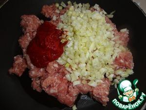 В сковороду c растительным маслом положим фарш, приправы, томат-пасту и фенхель. Если вы думаете, что ваш фарш даст много сока, оставьте фенхель за бортом, добавите его, когда жидкости станет поменьше.