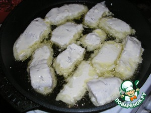 Обжарить рыбу на раскаленной сковороде с двух сторон на растительном масле без запаха