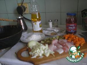 Рыбу почистить, помыть, порезать на порционные куски, обвалять в муке и поджарить на подсолнечном масле.