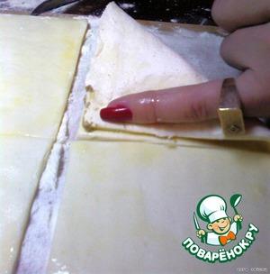 Начинку положить в тесто и закрыть. Сверху смазать яйцом