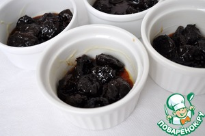 Tins of grease and sprinkle with powdered sugar. Spread the prunes evenly. You will need approximately 9 ramekins.