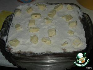 Затем слой мучной смеси и опять слой яблок. Последним - мучную смесь.   Сверху разложите кусочки масла (оставшиеся 100 г).   И в духовку при 170 С на 50-60 минут.