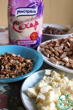 Grind nuts, cookies and white chocolate. I break biscuits with your hands. If you want a smoother consistency of the cake can be ground in a blender.