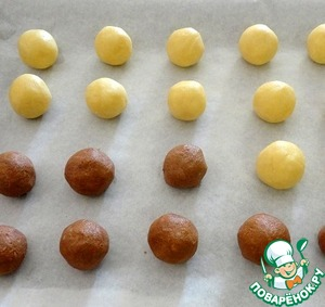 Flatten the dough into equal number of balls the size of a walnut.  To lay the workpiece on a baking paper.  Bake at 180° C for 15 minutes.