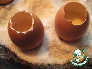 Взбиваем яйца с сахаром, добавляем мягкое масло и муку – получаем жидкое тесто, консистенция густой сметаны.    В этот раз у меня тесто получилось густоватое, добавила пару ложек молока.   Заполняем яичные скорлупки на 23. Лучше меньше, чем больше, а то тесто выбегает из скорлупы – жалко.   В сковороду насыпаем крупную соль и ставим наши «формочки».    Соль, чтобы яйца не падали, не жалейте.