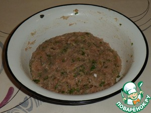 In forcemeat add bread crumbs (from stale white bread), salt, pepper, and 1 raw egg yolk. Plus parsley and dill, finely chopped. Knead well and repel, with the power of throwing into a bowl of not less than 25 times. Then put into the refrigerator for half an hour.