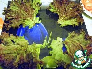 Начнем выкладку салата.    Салатные листья помыть и обсушить. Выложить на край блюда.