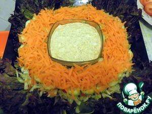 Выкладываем слой тертой моркови.    На этом этапе опять можно немного посолить-поперчить, но без фанатизма, не забываем, что у нас еще и соус есть.