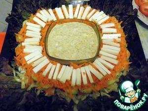 На морковь выкладываем сырную соломку.
