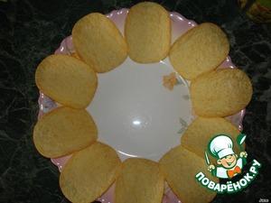 Чипсы разложить в углубленную тарелку.