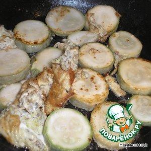 Берем кабачок, режем его тонкими кольцами. Обжариваем на подсолнечном масле с одной и другой стороны, пока не подрумянятся. Когда подрумянится вторая сторона, разбиваем в сковородку с кабачком два яйца, чтобы покрыли.